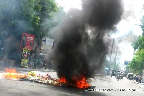 PHOTO: Haiti Manifestation - Kawotchou ap boule Delmas