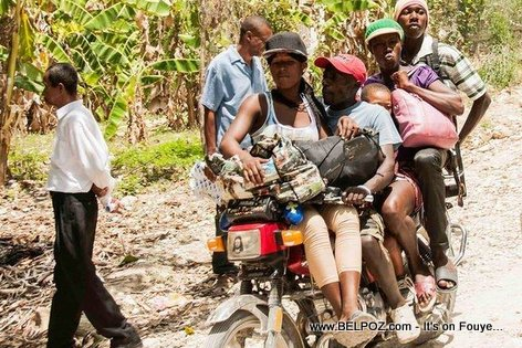 PHOTO: Haiti - Yon Taxi Moto avek 4 Pasaje sou li, 1 Timoun