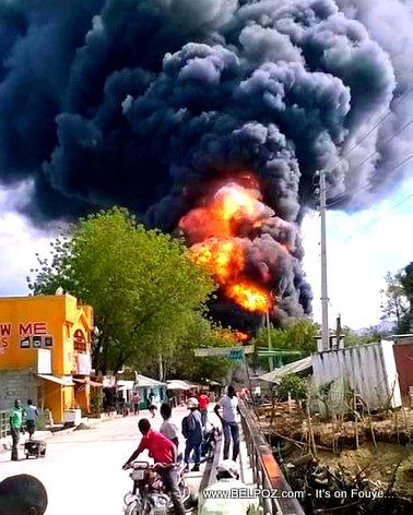 PHOTO: Haiti - Gwo DIFE nan Ville Hinche, Yon Pump Gazoline Eksploze...