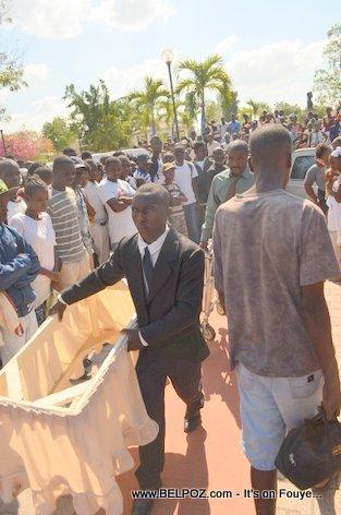 PHOTO: Funerailles Victim DIFE Yo - Hinche Haiti - Preparation pou ekspoze Cercueil yo
