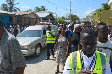 Photo - Hinche Haiti, Chemin vers le Cimetiere, Funerailles Victim DIFE Pump Gasoline