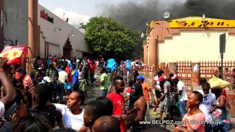 PHOTO: Haiti, manifestan PIYE Delimart -  Looting at Delimart market - Delmas, Haiti