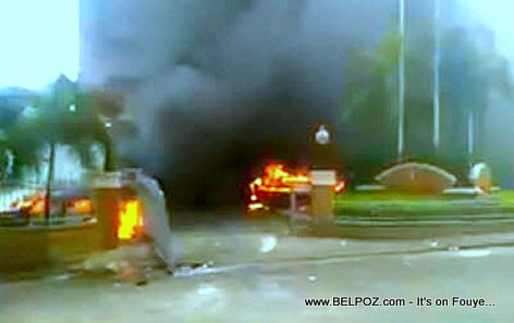 PHOTO: Haiti - All vehicles set on fire in front of OASIS Hotel, Petion Ville Haiti