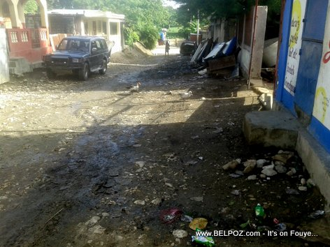 Gade eta yon rue ki devan pòtal Ministè TPTC nan ville Hinche Haiti