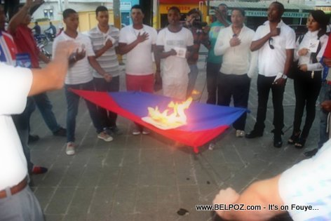Dominicans burning the Haitian Flag / Dominicain ap boule drapo Haitien