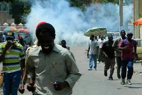 Haiti - Manifestan ap kouri pou gaz lacrymogene - Manifestation 10 Juin 2014
