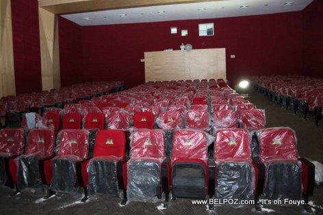 PHOTO: Haiti - Cine Triomphe - Bel Chez wouj ak palmis la angrave sou yo...