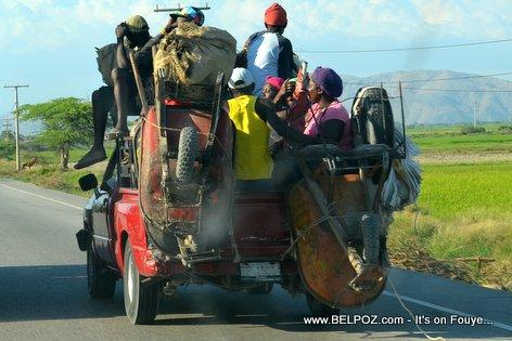 PHOTO: Haiti - Yon Camionnette Surchargé, Lavi tout Passager an Danger...