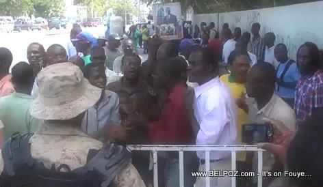 PHOTO: Haiti - Pep aliyen devan Tribunal Port-au-Prince ap tann Aristide