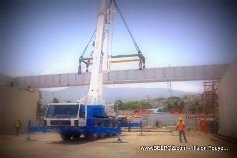 PHOTO: Delmas Haiti - Yon Machinn ap instale viaduct la nan Kafou Aeroport