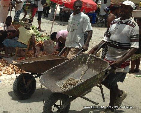 Haiti - de mesye ki ap pouse bourèt pou yo cheche pain quotidien yo...