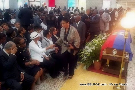 PHOTO: Haiti - Cercueil Jean Claude Duvalier jou lantèman li kouvri ak dapo bleu e rouge la...