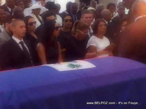 PHOTO: Haiti - Lantèman Jean Claude Duvalier - Ti Nicolas, Michele Bennett, ak Ania devan Cerceuil la...