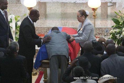 PHOTO: Haiti - Yon Duvalierist plané sou Cerceuil Babydoc Jean Claude Duvalier jou lantèman misye...