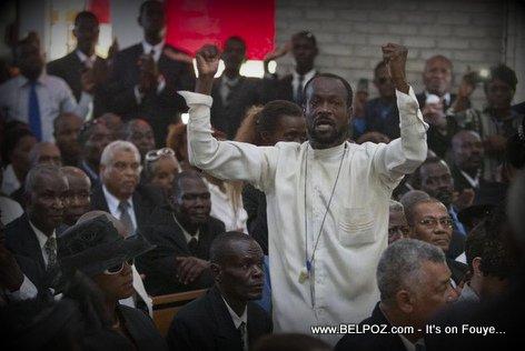 PHOTO: Haiti - Vive DUVALIER, Li pa Mouri, yon nonm rele nan mitan lantèman Jean Claude Duvalier a...