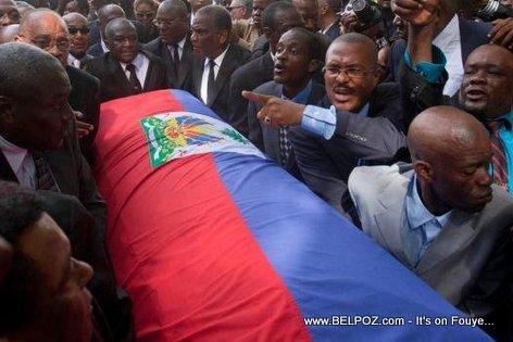 PHOTO: Haiti - Moun ap goumen pou pote Cerceuil Jean Claude Duvalier...