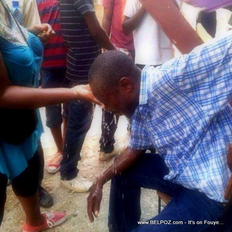 PHOTO: Haiti - Senatè Moise Jean Charles pran Gaz Lakrimojèn, Li indispoze, se dlo yo vide sou tèt li - 17 Oktob 2014