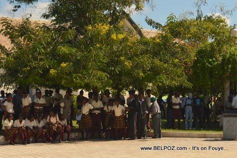 PHOTO: Hinche Haiti - Yon bann elev lekol reyini sou place la pou comemore lanmo Charlemagne Peralte