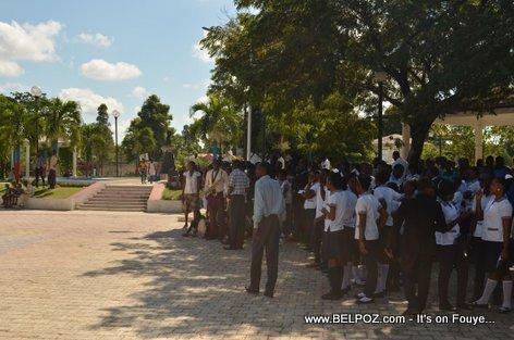 PHOTO: Hinche Haiti - Elev lekol reyini sou place la pou comemore lanmo Charlemagne Peralte