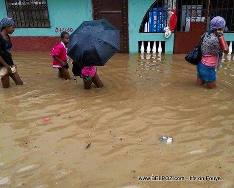 PHOTO: Haiti - Inondation nan ville Cap Haitien, moun ap mache nan yon larivye dlo...