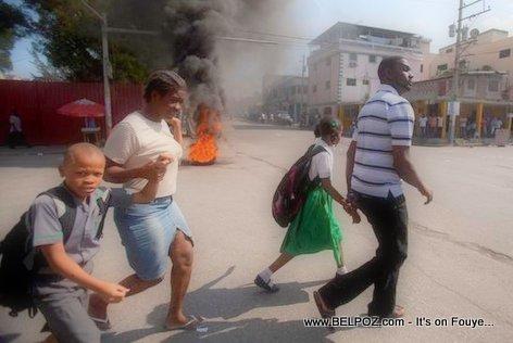PHOTO: Haiti Manifestation - Paran ap kouri retire pitit yo lekol
