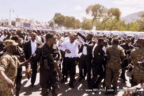 PHOTO: Haiti - President Martelly Pran yon kout wosh nan tet