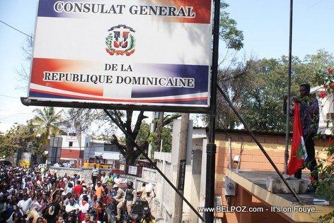 PHOTO: Haiti - Yon Haitien desann drapo Dominicain nan Consulat Republique Dominicaine