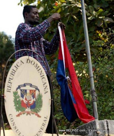 PHOTO: Haiti - Yon manifestan monte drapo Haitian nan Consulat Dominicain Port-au-Prince