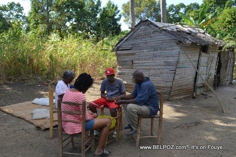 PHOTO: Haiti -  4 Haitien chita nan yon lakou andeyo ap kale pwa