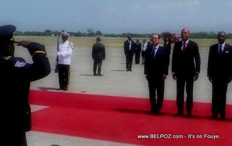 PHOTO: Haiti - President Francois Hollande saluted
